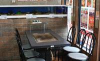 お好み焼き店には珍しい観賞用水槽です。日本の清流の魚が泳いでいます。