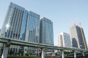 梅田のビル街と高速道路